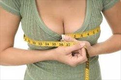 胸の谷間を測る女性